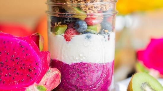 Йогурт з пітахаєю та насінням чіа
