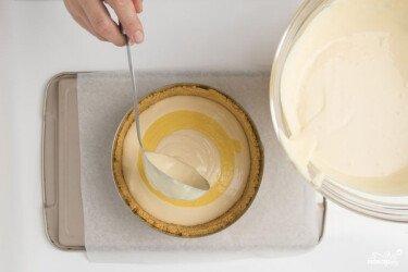 Перекладіть на підготовлене подрібнене печиво, яке вже охололо, масу з маракуєю, розгладьте поверхню і остудіть не менше ніж на 6 годин або протягом ночі.