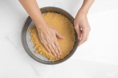Викладіть подрібнене печиво з маслом по поверхні